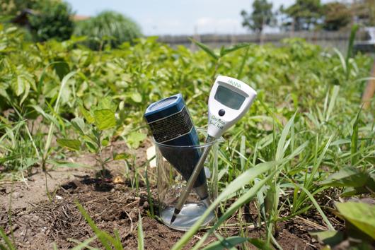 phメーターとECメーターで土壌診断
