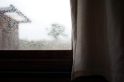 小屋の窓に雨粒
