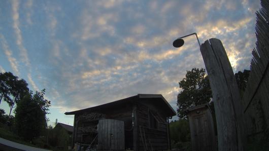 小屋と夕空