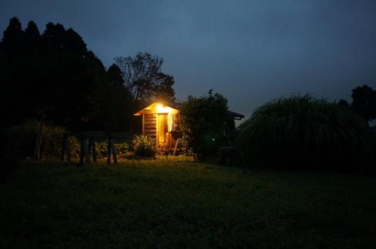 房総フィールドの夜と小屋