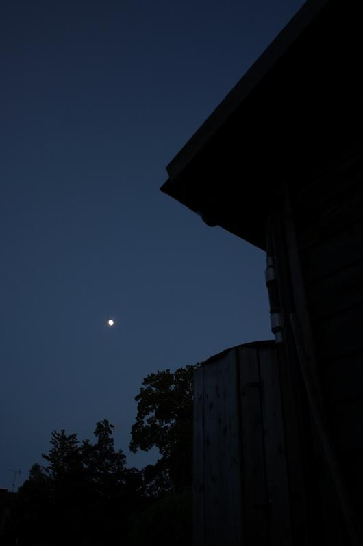 小屋と月と