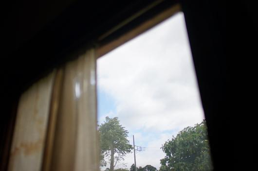 小屋窓から青空