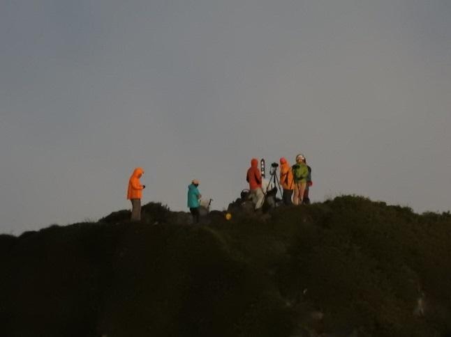 3 中岳から天狗ケ城頂上の人たち 14%