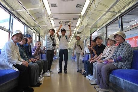 2グループ旅行電車内