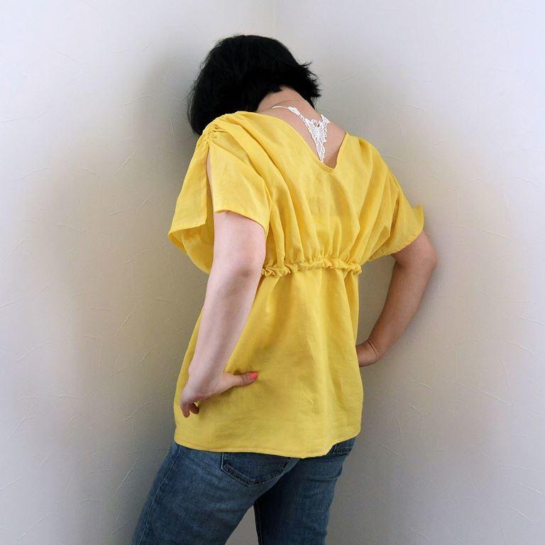 黄色ブラウス