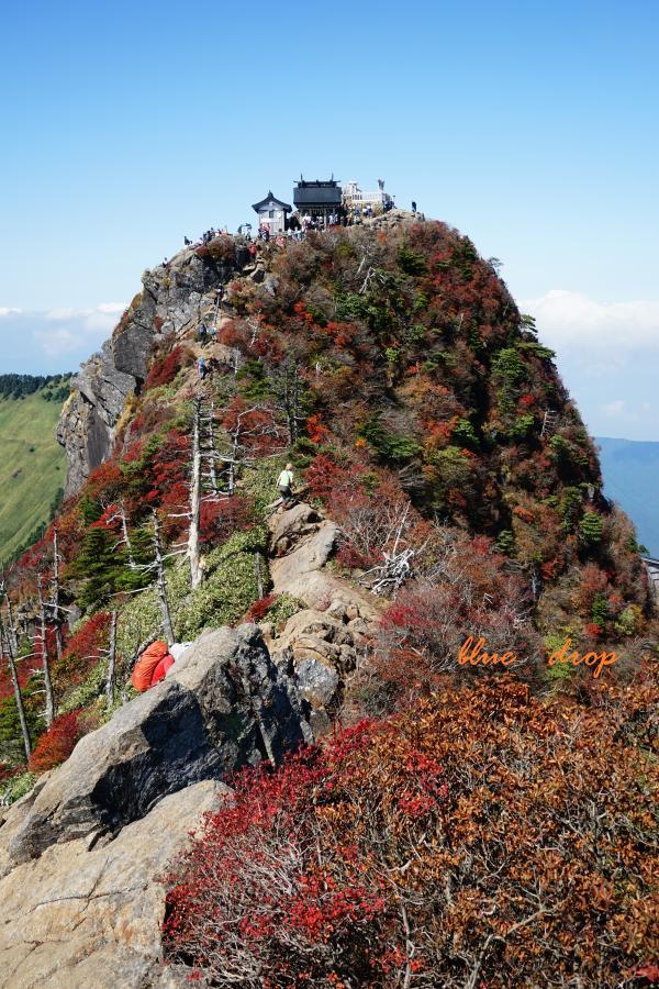 賑わいの山頂神社