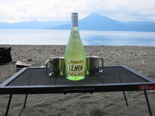 モラップキャンプ場 レモンスパークリングワイン テントファクトリー テーブル ウッドライン スチールワーク FDテーブル600