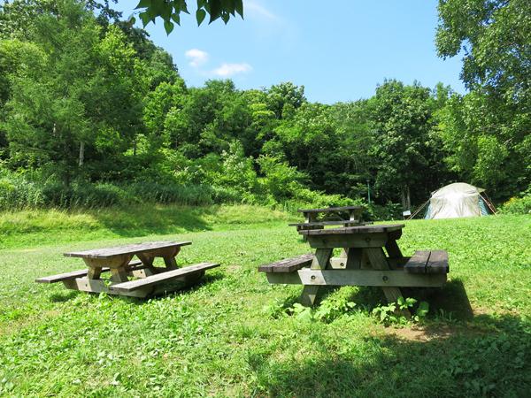 旭ヶ丘公園キャンプ場 テーブル