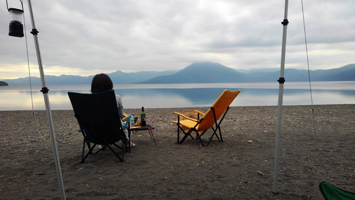 モラップキャンプ場 チェアの向こうに恵庭岳