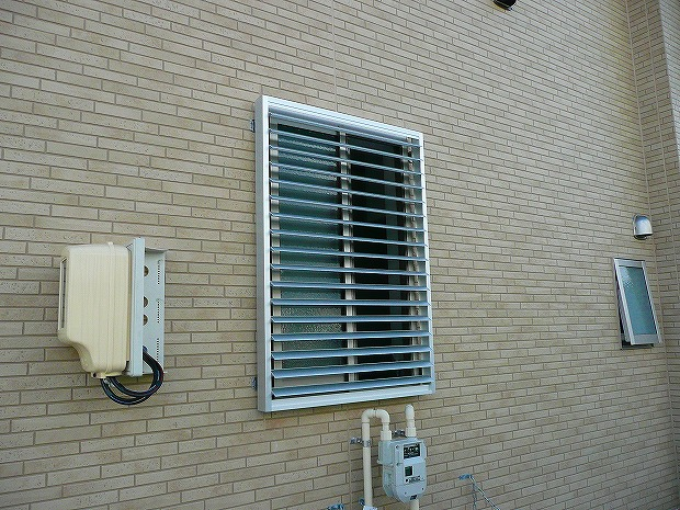 窓ルーバー付き格子