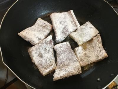 バターをたっぷり敷いたフライパンでまず皮の側から中火でカリッと焼き上げます