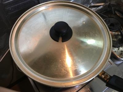 フライパンに蓋をして蒸し焼きにします