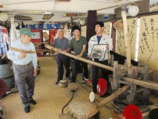 琵琶湖の地引き網の資料展示する轆轤館