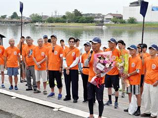 琵琶湖一周を終えて京大艇庫に無事到着したなぞり周航のクルーら