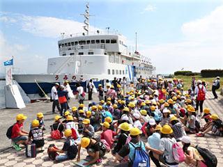 琵琶湖フローティングスクールを終えてうみのこから下船した児童