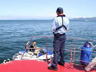 水上バイクに声をかける琵琶湖水上警察隊
