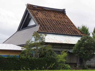 台風18号の強風でトタン屋根が飛ばされた長浜市の蓮光寺本堂