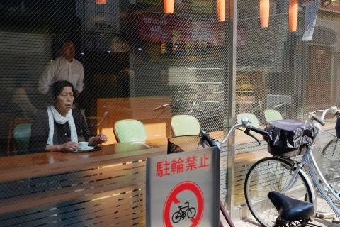 07まだ眠る小田原の裏通り早朝のカフェ