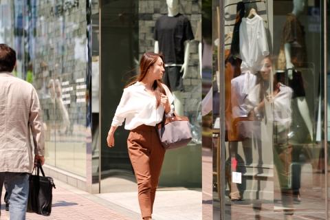09歩く女性