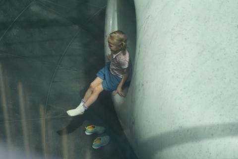 05東京ミッドタウン地階の少女