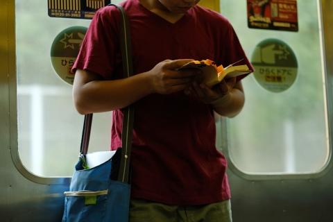 17帰り道読書する少年