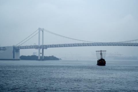 18竹芝桟レインボーブリッジと観光船