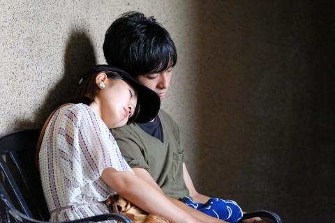 31江の島第二岩屋眠るカップル