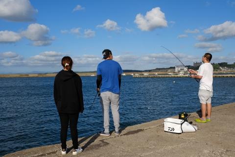 20鯵ヶ沢漁港の釣り人