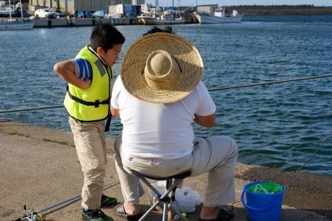 21鯵ヶ沢漁港の釣り親子