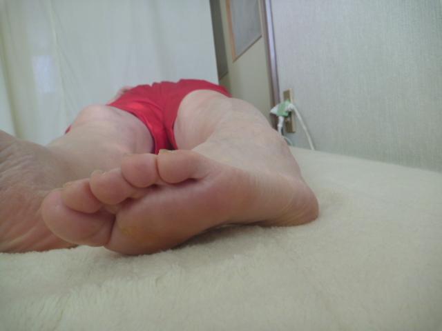 施療後 左股関節内回旋で親指ベットにつき痛みなし