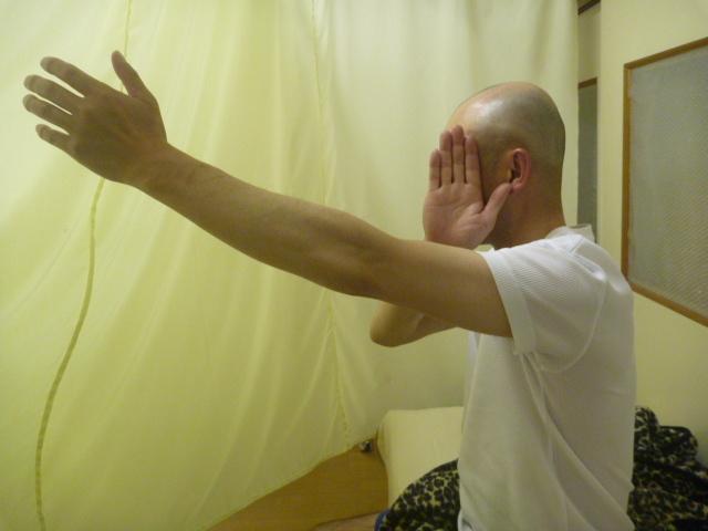 施療前 左肩前方挙上で肩と上腕部に痛みあり可動制限あり