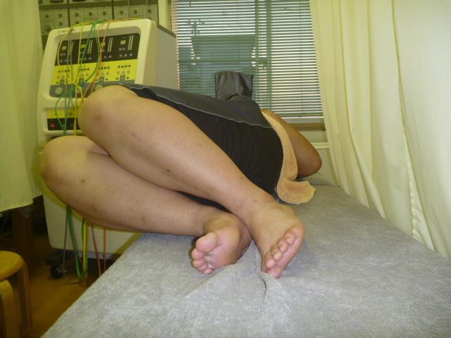 施療前 両膝を立て右側に倒しで左腰に張りあり