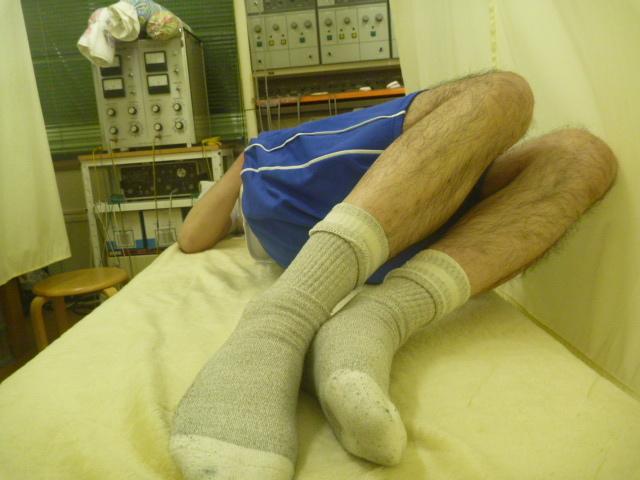 施療後 左側に両膝倒しでの右腰の痛み和らぐ