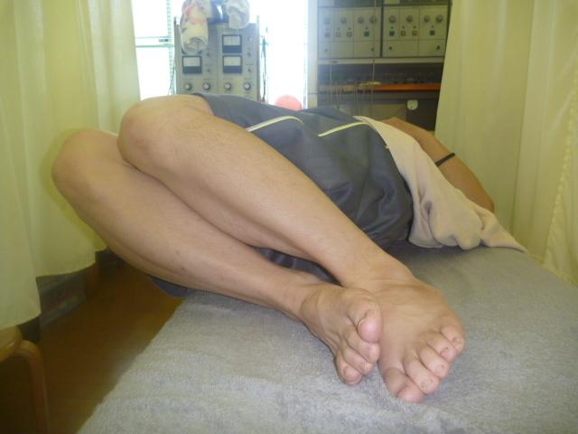 施療前 右側に両足を倒した時左腰に痛みあり