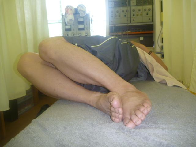 施療後 右側に倒した時楽のなり左腰の痛みも楽になる