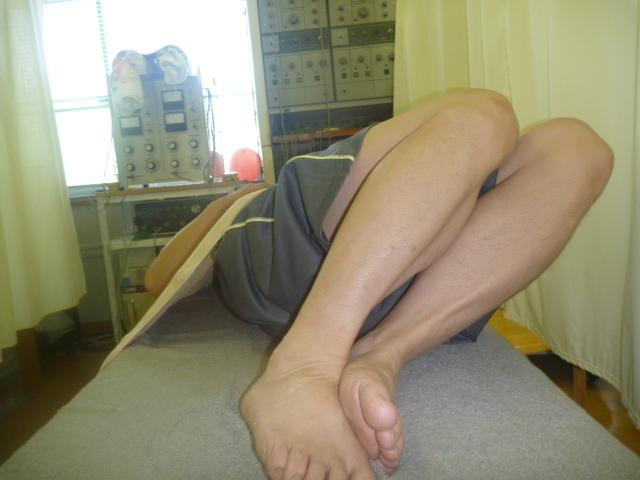 施療前 左側に足を倒した時右腰に痛みあり