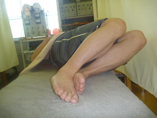 施療後 左側に足を倒した時右腰のお痛みが楽になる