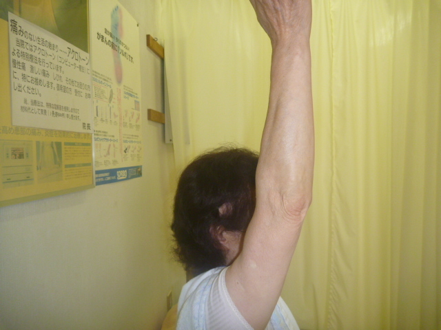 施療前 右肩前方挙上で脇の下と肩前面に痛みあり