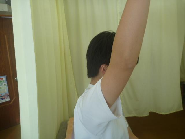 施療前 右肩前方挙上が痛みがあり上がりきらない。