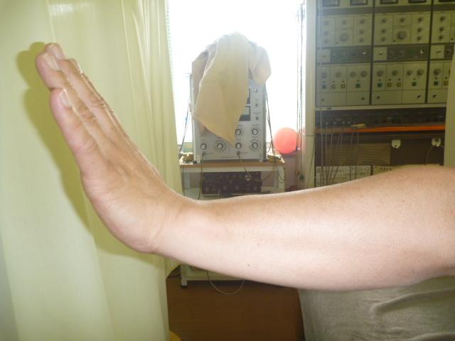 施療後 左肘の痛みが少し和らぎ左手首の背屈がしやすくなる