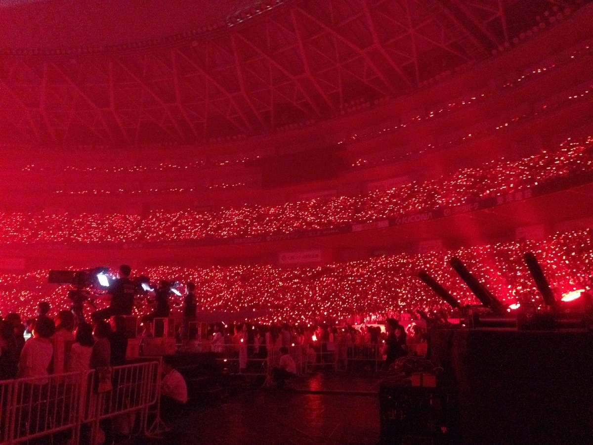 SMTのペンライト全員消えたはずやのに会場赤いんやけど。SMTのペンライトついたと思ったら火の海の如く赤くて会場の雰囲気爆発した。