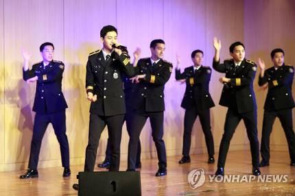 18日午後、京畿北部警察庁で開かれた「児童青少年対象共同体治安公募展授賞式」でソウル警察広報団が祝賀公演を行った