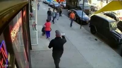 【衝撃!】何なんだ?杖を持った若者が90歳の老人にいきなり殴りかかる衝撃映像!