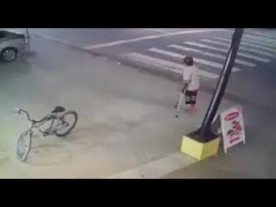 【苦笑】片足の男が・・・・・自転車を盗む!