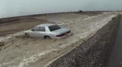 【衝撃!】濁流を撮影したがスゴイ勢い・・・・・車が流された!
