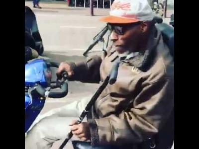 【神ワザ!】老人用の電動カートをさらりと乗りこなす陽気なおじいさん!