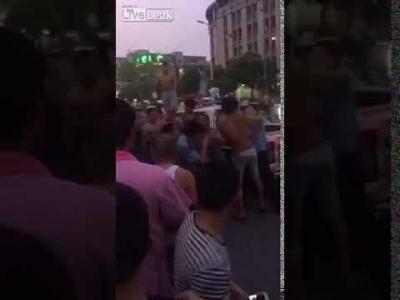 【衝撃!】警察官がフルボッコ!無防備は母親と赤ちゃんを殴ったらしい・・・