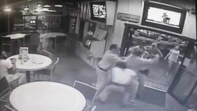 【衝撃!】暴れる男と警察が乱闘・・・Hootersのマネージャーが助ける!