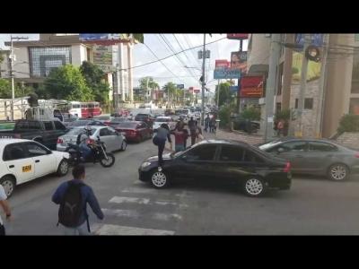 【スカッとワールド!】横断歩道に車が・・・歩行者がスカッとさせてくれた!
