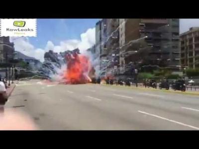 【衝撃!】ベネズエラの反政府デモでバイク爆破の瞬間映像!